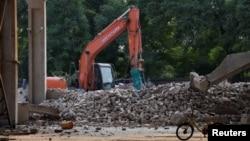 """艾未未在北京的""""左右""""工作室被拆除后留下的瓦砾堆 (2018年8月4日)"""
