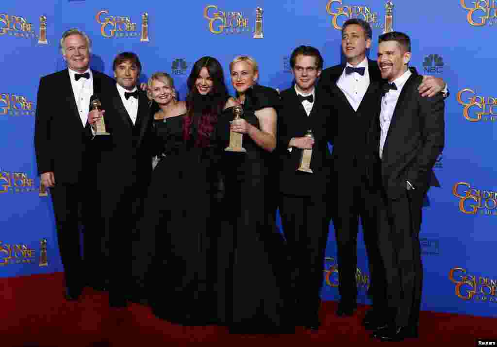 "The cast of ""Boyhood"" poses backstage with their award for Best Motion Picture - Drama during the 72nd Golden Globe Awards in Beverly Hills, California, Jan. 11, 2015."
