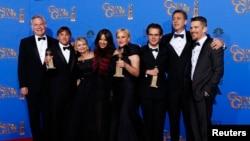 Dàn diễn viên của phim 'Boyhood' chụp hình sau hậu trường tại Beverly Hills, California, ngày 11/1/2015.
