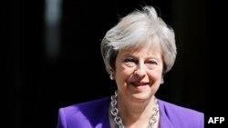 La première ministre britannique, Theresa May, quitte le 10 Downing Street à Londres avant la session hebdomadaire des questions à la Chambre des communes, le 4 juillet 2018.