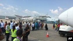 Des passagers sont fouillés avant d'embarquer à bord de l'aéroport international Nnamdi Azikiwe à Abuja, Nigeria, 15 octobre 2016.