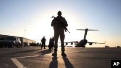아프가니스탄 칸다하르 공군기지에서 미군 병사가 군용기 주위를 지키고 있다. (자료사진)