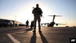 ທະຫານຄົນນຶ່ງ ຢືນຍາມ ໃກ້ໆເຮືອບິນທະນາ ທີ່ເມືອງ Kandahar ປະເທດອັຟການິສຖານ.
