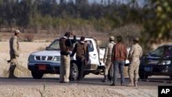 Pasukan Mesir melakukan pemeriksaan terhadap kendaraan di kawasan yang rawan terhadap serangan teror (foto: ilustrasi).
