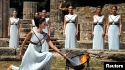 Prosesi penyalaan obor Olimpade 2016 di Olympia, Yunani (21/4).