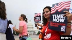 Một nhóm các di dân và các nhà hoạt động ủng hộ cho cải cách di trú đứng tại Tòa nhà Quốc hội ở Washington, D.C., 26/6/2013. REUTERS/Jonathan Ernst