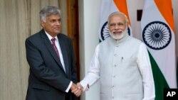 Thủ tướng Sri Lanka Ranil Wickremesinghe (trái) và Thủ tướng Ấn Độ Narendra Modi trước các cuộc đàm phán ở New Delhi, Ấn Độ, ngày 15/9/2015.