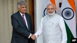 PM Sri Lanka Ranil Wickremesinghe (kiri) berjabat tangan dengan PM India Narendra Modi sebelum melakukan pembicaraan di New Delhi, India, Selasa (15/9).