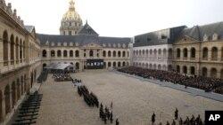 """Paris'te yaşamını yitiren 130 kurban için, askeri tören alanı """"Les Invalides"""" de resmi anma töreni düzenlendi"""