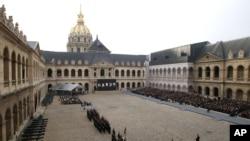 Ceremonia en el patio de los Inválidos en París.