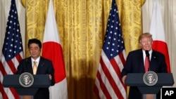 Le President Americain Donald Trump et le Premier Ministre Japonais Shinzo Abe à la Maison Blanche, le 10 fevrier 2017.