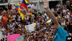 Henrique Capriles, el candidato de la oposición critica que el chavismo no haya podido controlar la violencia en el país en 14 años de gobierno.