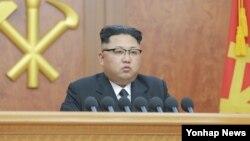 北韓領導人金正恩穿上淺灰衣服新年致辭號。