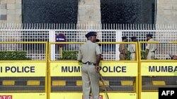 Cảnh sát Ấn Ðộ canh gác bên ngoài khách sạn Taj Mahal ở Mumbai