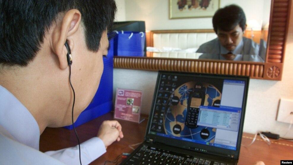 Ông Trần Huỳnh Duy Thức, người sáng lập một công ty cung cấp dịch vụ Internet ở Việt Nam, gọi điện thoại qua Internet trong văn phòng của ông ở Hà Nội, 3/7/2003.