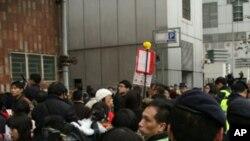 香港民众中联办外抗议北京教授冒犯港人