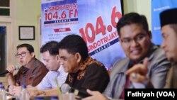 Dari kiri: Wakil Ketua DPR Fadli Zone, Direktur Eksekutif PolTracking Hanta Yudha dan Ketua DPP PDI Perjuangan Andreas Parera dalam diskusi di Warung Daun, Jakarta, 7 November 2015 (Foto: VOA/Fathiyah)