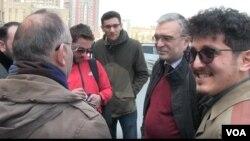 İlqar Məmmədov məhkəmədən sonra partiya fəalları ilə birgə