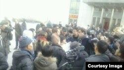 部分围观者和媒体记者在许志永案庭审法院附近。(维权网图片)