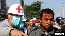 緬甸首都內比都一名示威人士受傷(路透社2021年2月9日)