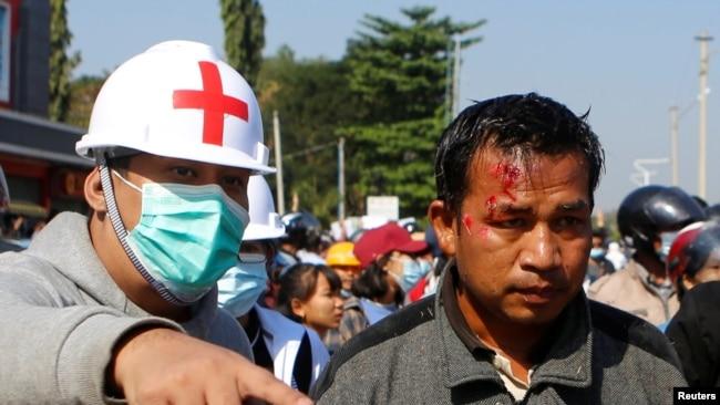 缅甸首都内比都一名示威人士受伤(路透社2021年2月9日)
