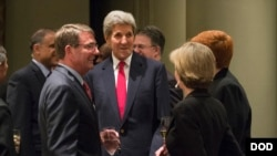 Госсекретарь США Джон Керри (в центре)