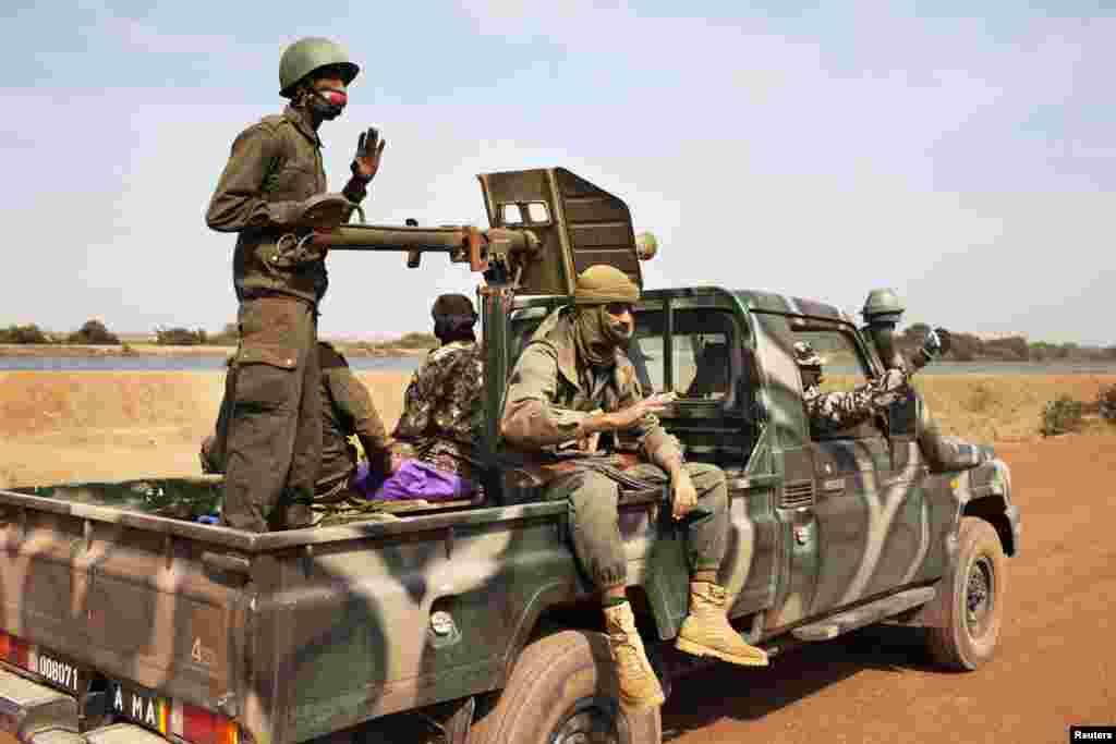 马里士兵2013年1月26日在迪亚巴雷城搭乘一辆军用卡车。