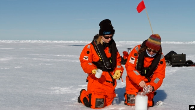 Scientists from the Alfred Wegener Institute collect snow samples with help from the research vessel Polarstern. Even in the Arctic the snow is polluted with microplastics. (Photo: Kajetan Deja)