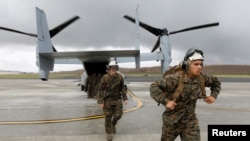 美国海军陆战队第26远征队队员2017年9月21日乘MV-22飞抵美属维京群岛圣克罗伊岛飓风灾区 (路透社)