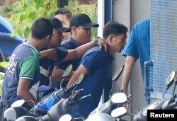 말레이시아 경찰에 체포된 북한 국적의 김정남 피살 사건 용의자 리정철이 18일 쿠알라룸푸르 세팡경찰서로 압송되고 있다.
