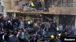Warga berkumpul di sekitar lokasi ledakan bom di wilayah Haret Hreik, di selatan Beirut, ibukota Lebanon (21/1).