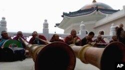 喇嘛在成吉思汗陵墓举行的纪念仪式中吹号(2006年4月18日)