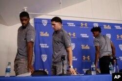 UCLA大学篮球队员(从左至右)科迪·莱利、里安吉洛·鲍尔和贾伦·希尔在洛杉矶宣读完声明之后离开记者会现场。(2017年11月15日)