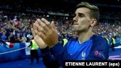 Antoine Griezmann de France applaudit après le dernier match de l'EURO 2016 entre le Portugal et la France au Stade de France à Saint-Denis, France, 10 Juillet 2016. epa/ ETIENNE LAURENT