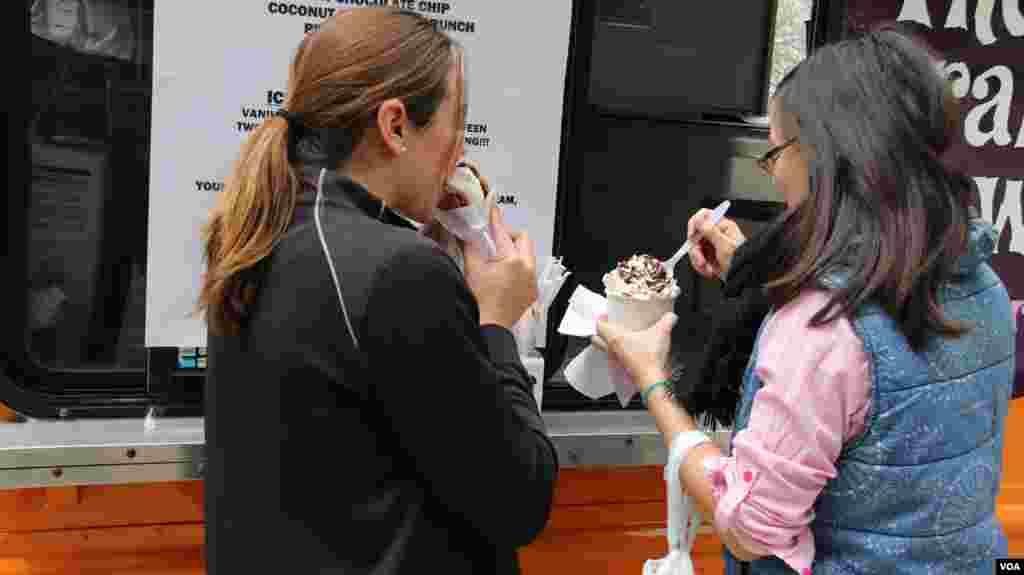 市民在流动餐车前享受冰淇淋(美国之音 亚微拍摄)