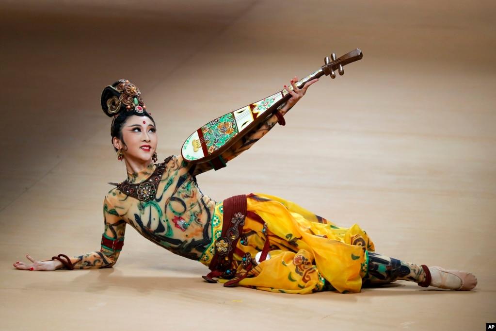 """在北京的中国时装周开幕表演中,以""""一路""""为主题的东北虎 NE·TIGER 2018高级定制华服发布会上 ,表演者手持琵琶,翩翩起舞(2017年10月29日)。以""""一路""""为主题,显然是配合已经写进中共党章的""""一带一路""""并且沾""""一带一路""""的光。""""一带一路""""前途将如何?是""""长风破浪会有时""""""""通天大道宽又阔"""",还是""""行人刁斗风沙暗,公主琵琶幽怨多""""?"""