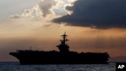 停靠在马尼拉湾的美国海军罗斯福航空母舰为菲律宾官员和商人举行招待会。(2018年4月13日)