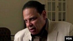 埃及自由派作家阿拉•阿斯瓦尼接受美国之音电视专访。