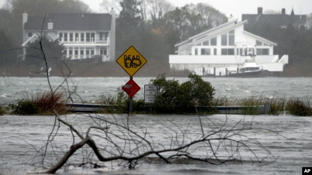 Una calle inundada en Center Moriches, Nueva York.