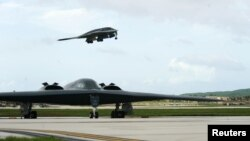 지난 2016년 8월 괌 미 공군기지에서 B-2 스텔스 전략폭격기가 이륙하고 있다.
