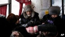 3일 우크라이나 동부 르테미우시크 주민들이 마을을 떠나기 위해, 버스에서 기다리고 있다.