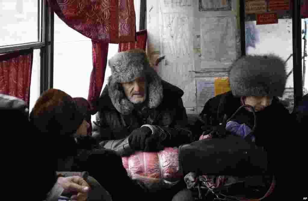 Люди чекають на автобус, щоб виїхати з Дебальцевого