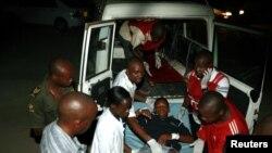 Korban serangan granat tiba di Rumah Sakit Umum 'Coast General Hospital' di Mombasa, Kenya (31/3)