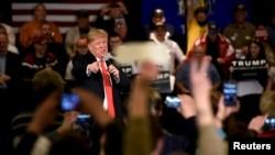 30일 미국 위스콘신 주 애플톤에서 열린 타운홀 행사에서 공화당의 도널드 트럼프 경선 후보가 발언하고 있다.