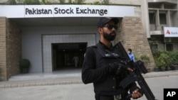 29일 파키스탄 카라치의 증권거래소에서 있었던 무장반군의 공격 후 경찰 특수부대원들이 증권거래소 앞을 지키고 있다.