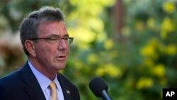 Bộ trưởng Quốc phòng Hoa Kỳ Ashton Carter phát biểu tại một cuộc họp báo trong cuộc họp các Bộ trưởng Quốc phòng các nước ASEAN, ngày 30 tháng 09 năm 2016, tại Kapolei, Hawaii.