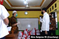 Presiden Jokowi sedang meninjau penyaluran bansor di Tanah Baru. (Foto: Courtesy/Biro Setpres RI)