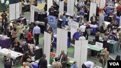 Para pelamar kerja memadati sebuah bursa kariri di Cleveland State University, negara bagian Ohio (4/3). Tingkat pengangguran bulan lalu turun menjadi 8,9 persen.