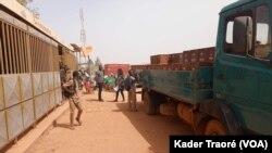 Les élèves du lycée Rimvougré traversent ce débit de boisson avant d'accéder à leurs salles de classe, Ouagadougou le 31 janvier 2020. (VOA/Kader Traoré)
