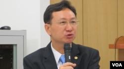 台湾政治大学国家发展研究所所长童振源(美国之音张永泰拍摄)